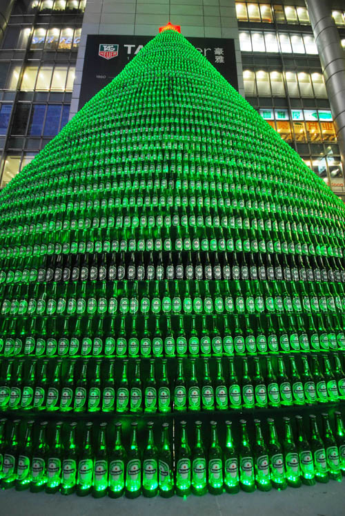 (091217) -- SHANGHAI, Dec. 17, 2009 (Xinhua) -- A giant Christmas tree formed of nearly one thounsand beer bottles stands at the shopping mall of famous Nanjing Road in Shanghai, China's economic and financial hub, Dec. 17, 2009. (Xinhua/Niu Yixin)(wyx)